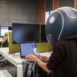 Arriva il casco da ufficio contro i colleghi molesti