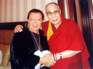 Quel magico abbraccio del Dalai Lama.